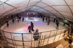 Ludzie na lodowisku (fot. Bernard Guziałek)